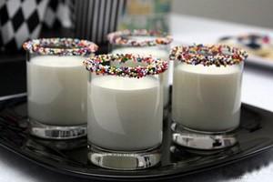 تزئین زیبای لیوان شیر با ترافل های رنگی