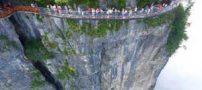 هولناک ترین تفریح روی پل شیشه ای معلق در جهان (تصاویر)