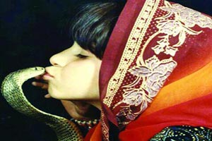 بوسه های جنجالی شاه دختر ایران بر زبان سلطان مار سمی جهان